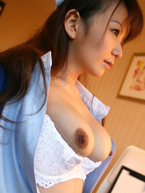 勃起した乳首が魅力的なおっぱい