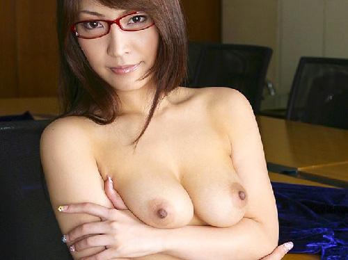 瞳の奥に吸い込まれるメガネ美女が道具で淫乱オナニー披露エロ画像