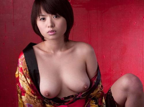 妖艶な雰囲気を漂わす着物お姉さんが脱いだら乳首が勃起してる画像