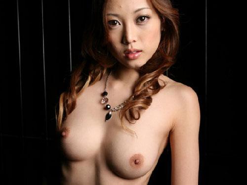 セクシーな雰囲気ムンムン放つM字開脚お姉さん 【美脚エロ画像】