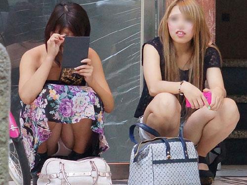 アホなギャルがみんなにパンツ見られまくってる街撮りパンチラ画像(32枚)