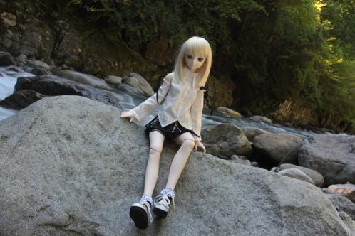 岩に腰かけてアップ
