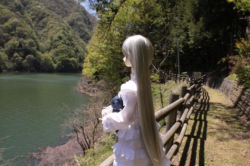 湖を見つめるカンナ