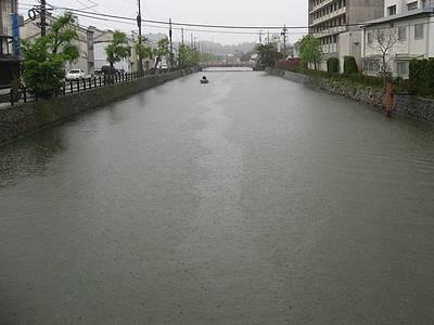 雨模様の松江城外堀