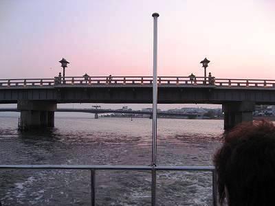 船尾より松江大橋を望む