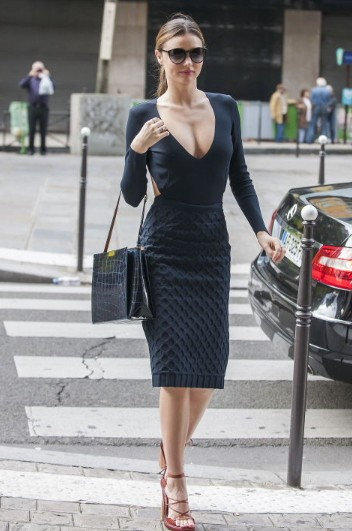 さんし一家 ミランダ・カー、パリでバストを大アピール