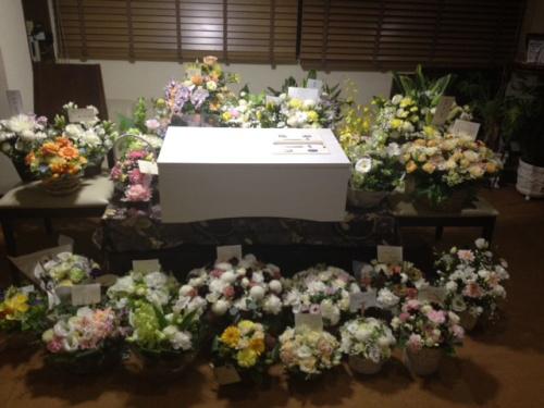 お花に囲まれた棺