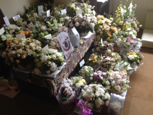 お花に囲まれた祭壇