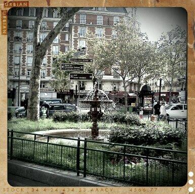 パリ市内小公園8月
