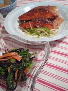 サケのこってり味噌バター焼き&ホウレン草とひじきの中華サラダ
