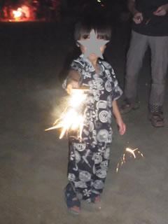 花火をする息子
