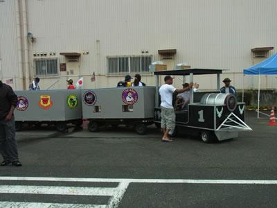 電車の形をした車
