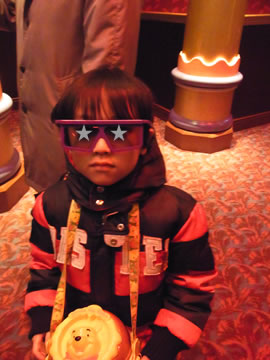 3Dメガネをかける息子