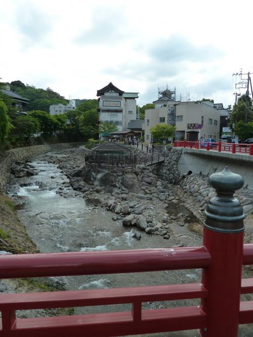 川沿いの足湯
