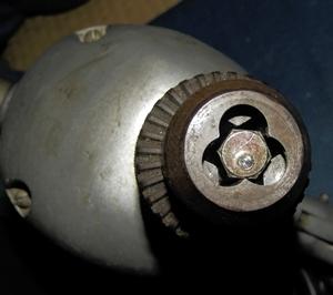 奥の軸まで届くボルトをセット