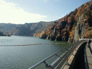 紅葉と穏やかな定山湖…