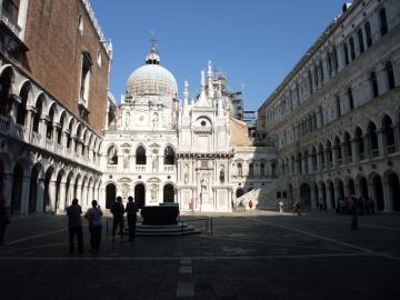 ベネチア044ドゥカーレ宮殿中庭
