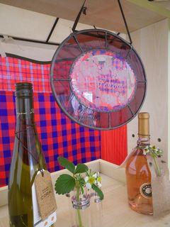 [写真]開園祝いに頂いたステンドグラスのウェルカムボードをワゴンに飾った様子
