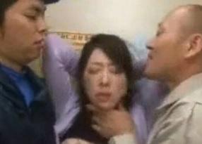 桜井麻美団地妻を意図的にエレベータ内に閉じ込め輪姦FC2動画