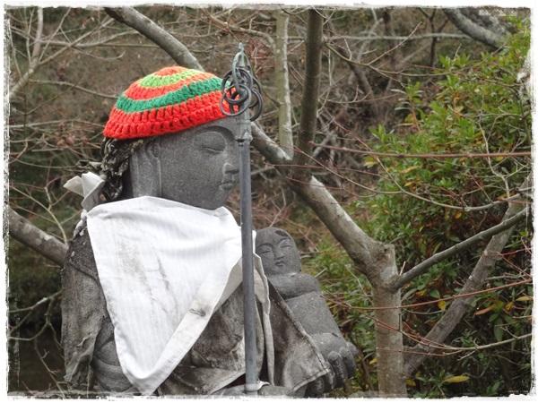 手編みの帽子をかぶったお地蔵様