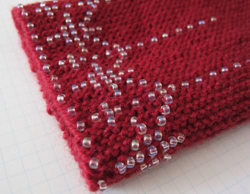 中細毛糸(赤)と丸大ビーズ