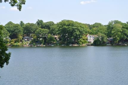 湖の傍の景色
