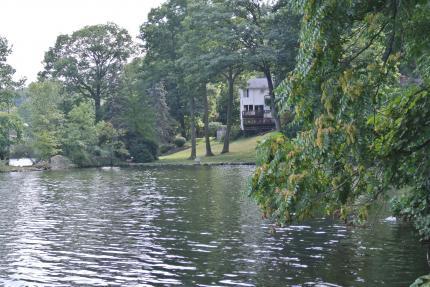 我が家の傍の湖の家