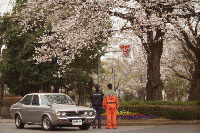 マツダルーチェカスタムGR2・ロータリーとグリーンベルトの桜と嫁と俺