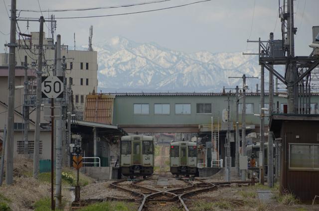 春の十日町駅構内