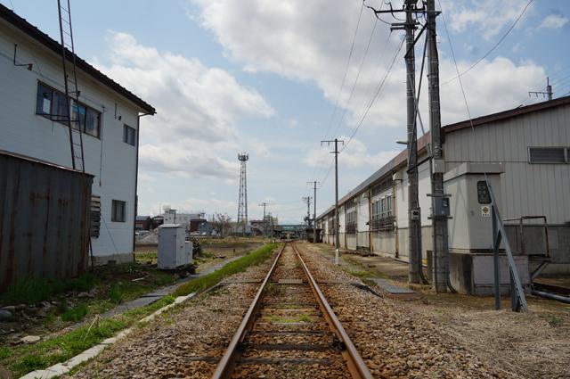 春の飯山線のとある駅の背後には