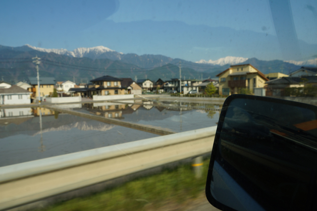 水田に映った雪山
