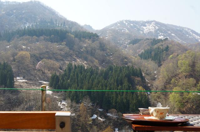 秋山郷、残雪を眺めながら珈琲