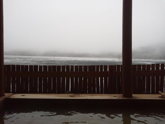然別湖温泉ホテル風水 露天風呂より凍った湖を眺める