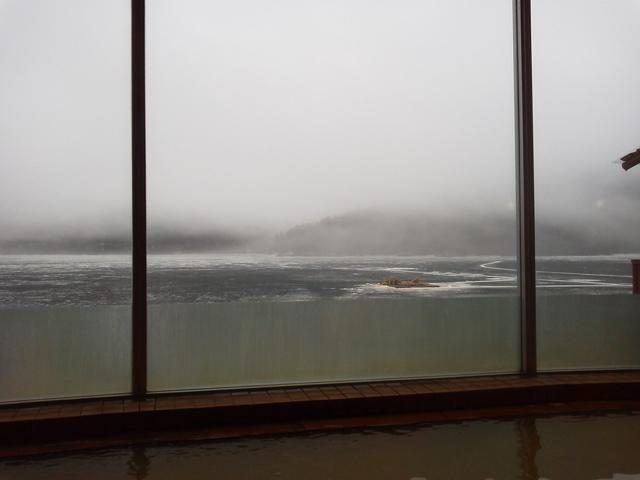 翌朝、室内の大浴場より、凍った湖を眺めながら