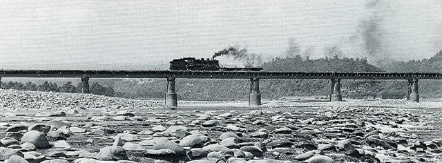 信濃川鉄橋を渡るC56
