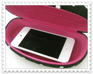 100均の眼鏡入れだけど、iPhoneやiPod touchさん入れる。