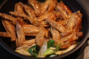 鶏手羽先と長ねぎの酢醤油煮込み4