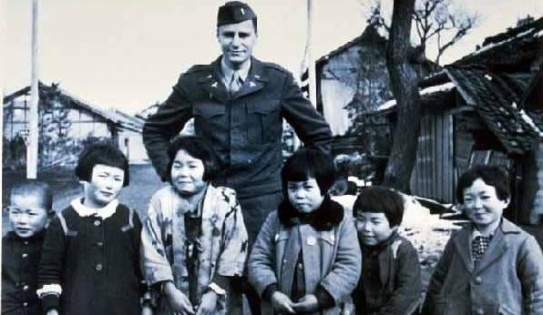 進駐軍兵士と子供たち