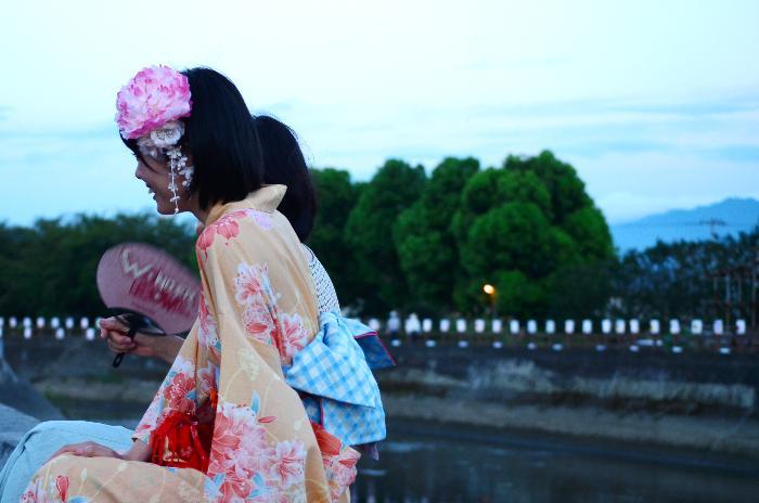 西条市壬生川 夏彩祭 大曲川 談笑の母と娘