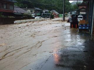 道路に土砂が流れ込み川のようになっています。