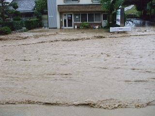 事務所前も大洪水。