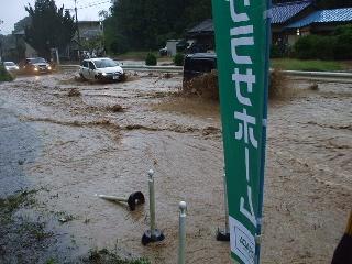 土砂の混じった茶色い水が道路を覆います。2