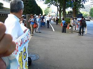 横断幕を保持しながら撮影;於2011/7/12東京高裁前