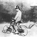 紫禁城内で自転車に乗る婉容