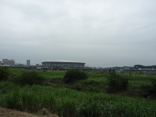 曇天。奥のはNISSANスタジアム。