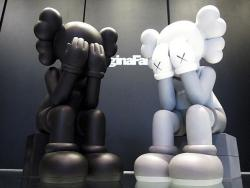 KAWS COMPANION (PASSING THROUGH) – GRAY