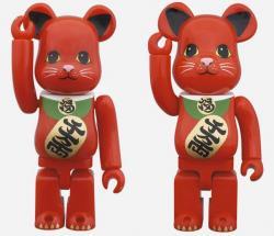 招き猫赤ベアブリック