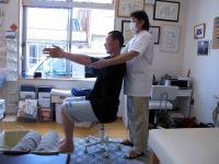 両腕を前から頭上に向かって上げる動作