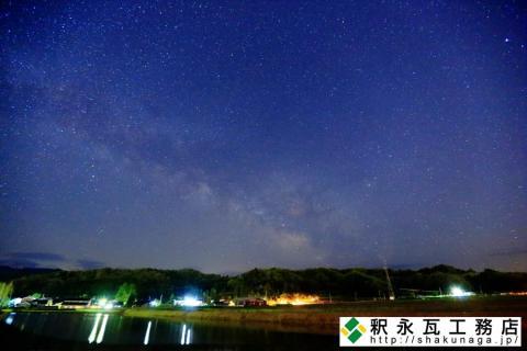 釈永瓦工務店倉庫と天の川と新瀬戸地区の田んぼに映り込む星景01