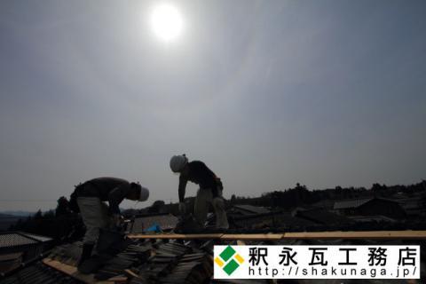 瓦屋根棟積み作業と日暈(にちうん) (立山町宮路にて)